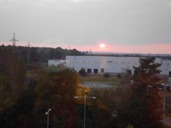 Ibis Plzen: Coucher du soleil sur la zone industrielle
