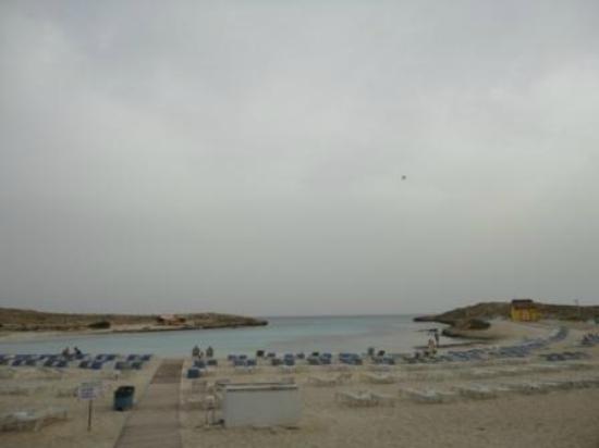 آنونيموس بيتش هوتل: пляж Sandy Bay 