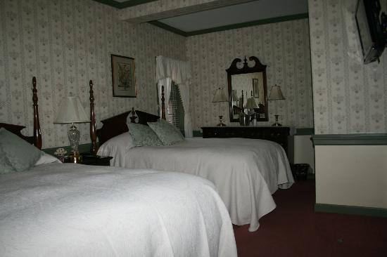 Strasburg Village Inn: Room 8, two beds