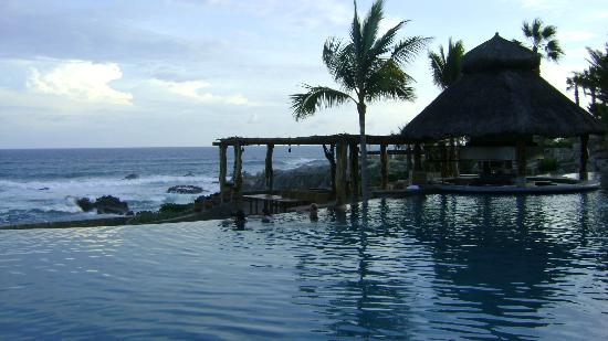 Esperanza - An Auberge Resort: ocean view from pool