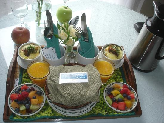 Glendeven Inn Mendocino: Breakfast brought to your room -always outstanding!