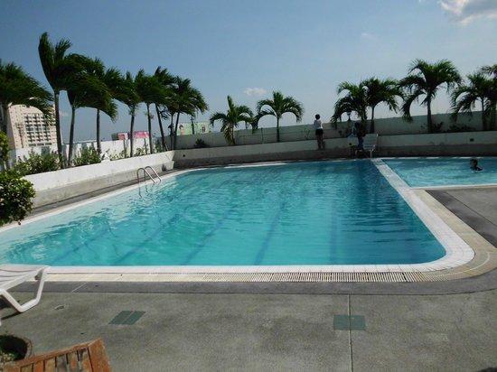 Boss Tower : piscine de l'hotel