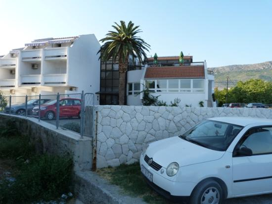 Hotel Baletna Skola: Rooms facing the sea, receiption in the middel and the breakfast room on the right