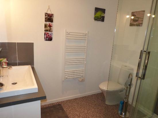 Les Tourterelles : Salle de bain Colline