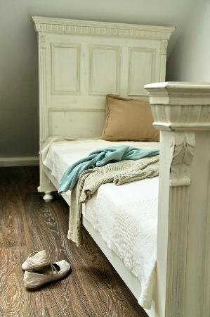 Sarffy House: bed