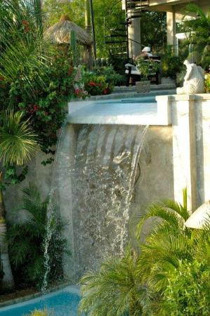 Orquidea del Sur: Water fall from upper pool