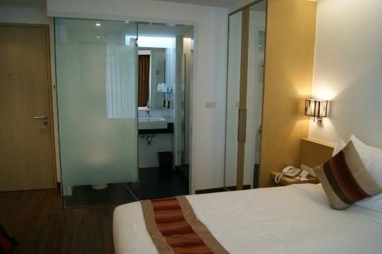 CityPoint Hotel: Room & Bathroom