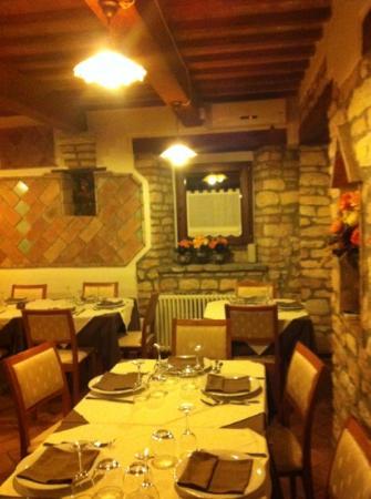 Sassoferrato, Italy: L'interno di sera