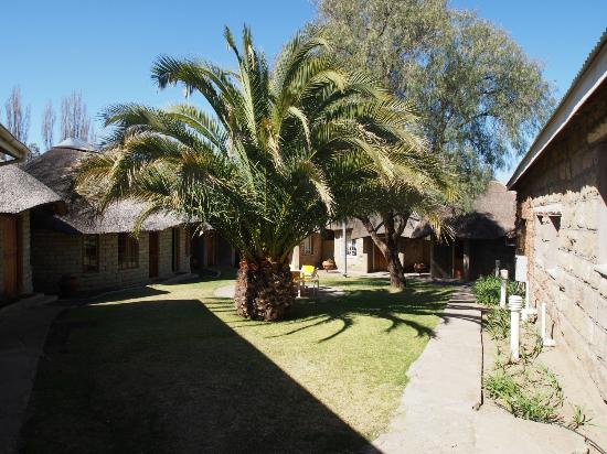 Lancer's Inn : Garden with rondavels