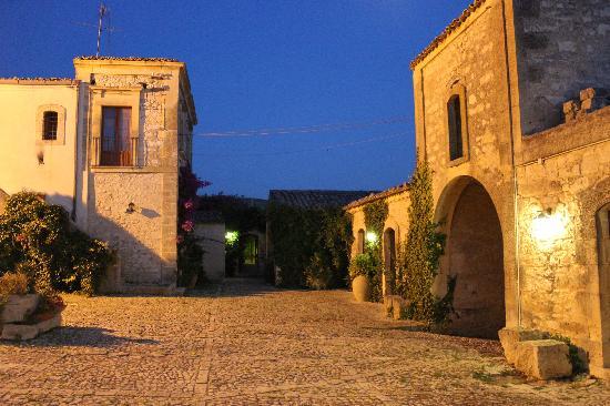 Chiaramonte Gulfi, Italy: Baglio in notturna
