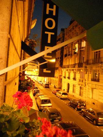 Hotel Brescia Opera: visuale dalla camera sulla strada principale