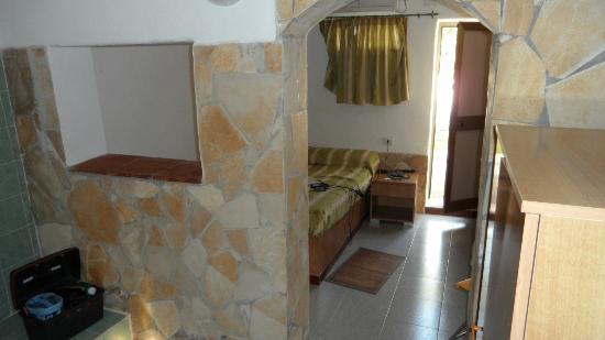 Hotel Village Tabu': questa sarebbe la camera da letto con il materasso appoggiato su una base di cemento,