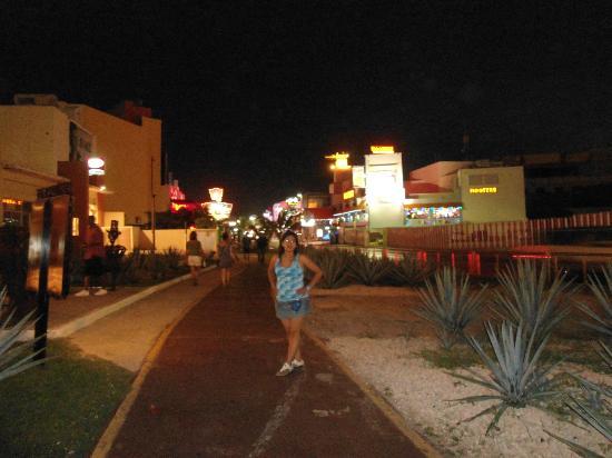 Avenida Kukulkan: la avenida de noche