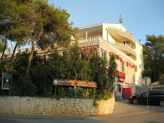 Arbanija, Kroatië: Front of hotel / supermarket