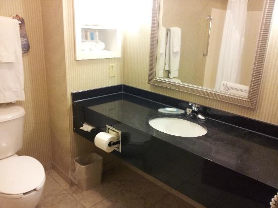 Holiday Inn Express Kent State University: bathroom