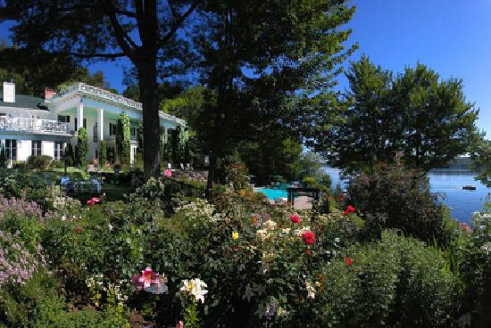 Manoir Hovey: The Gardens overlooking the lake