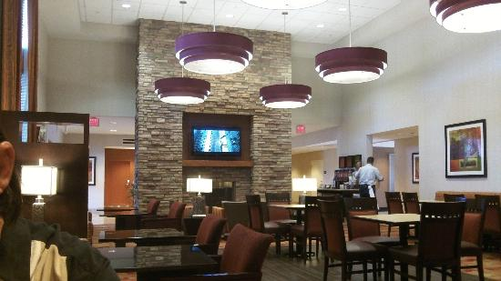 Hampton Inn & Suites Phoenix Chandler Fashion Center: The Fireplace and dining hall
