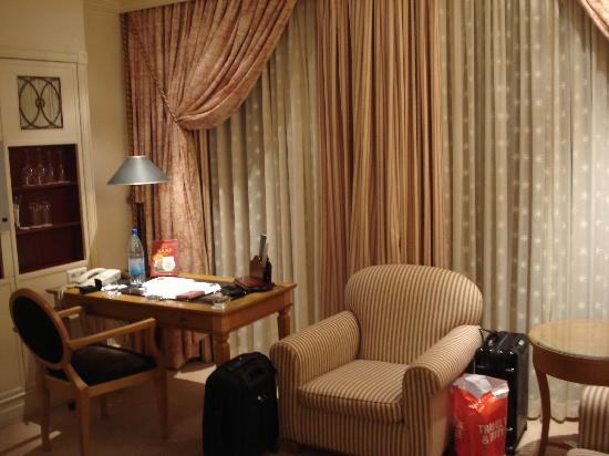 Hotel Kamp: A desk...
