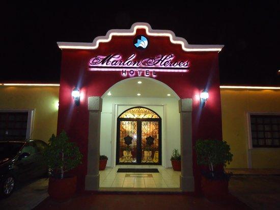 Marlon Heroes Hotel: Fachada