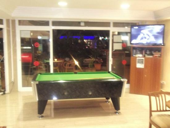 Hotel Golf Beach: Pool table and Sky TV in the bar