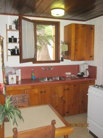 Sleepy Hollow Cabins and Hotel : Kitchen, Mint Fawn Cabin, Sleepy Hollow, Crestline, CAL