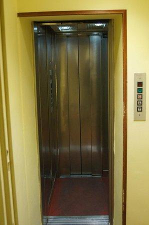 โรงแรมอิมพีโร:                   elevator