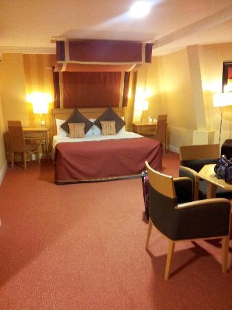Talbot Hotel Stillorgan: Big bed!
