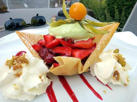 Les Alisiers Hotel-Restaurant: duo de fruits frais, glace pistache et chantilly