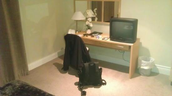 The Inn Castledawson: Desk and TV area
