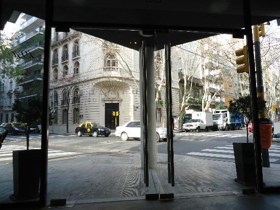 Epico Recoleta Hotel: Saída pelo hotel 