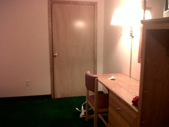 Red Carpet Inn Wind Gap: Desk and Bathroom Door