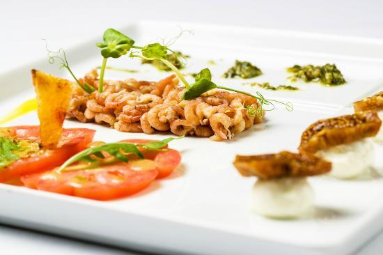 Screaming Eagle: Rucola salad with dutch shrimp, heirloom tomatoes, bocconcini mozarella, dried figs and pesto
