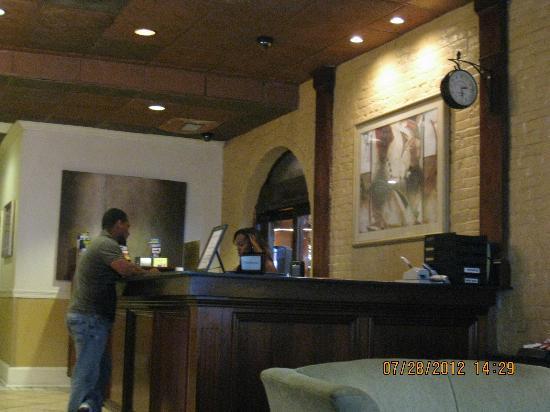La Galerie Hotel: Lobby Desk