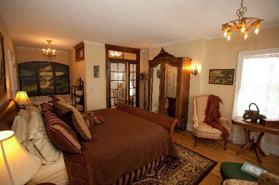 Westphal Mansion Inn Bed & Breakfast: Rest peacefully in this William Shakespeare Suite with a king size bed, gas fireplace, Air bubbl