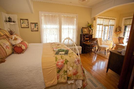 Westphal Mansion Inn Bed & Breakfast: Dream the night away in this 1880's Vintage Iron queen Bed!