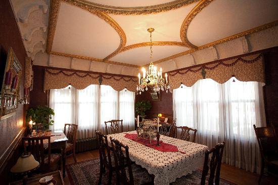 Westphal Mansion Inn Bed & Breakfast: Arts & Crafts Formal Dining Room