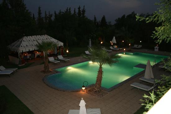Dar Ilham: Picina iluminada por la noche