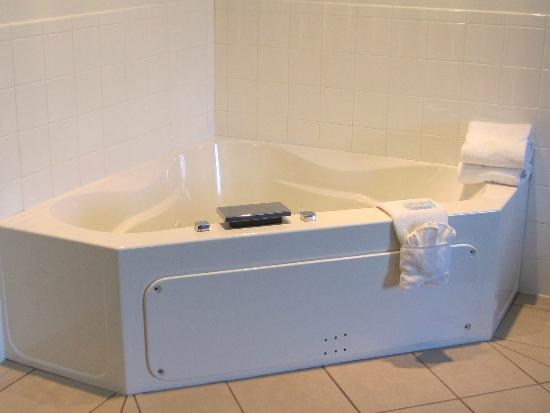 Holiday Inn Express Hotel & Suites Elkins : Jacuzzi in the king suite was a fantastic plus!!