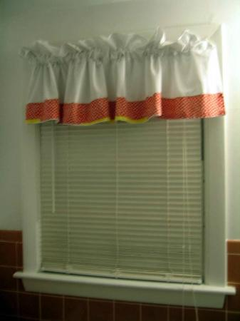CapeWind Waterfront Resort: bathroom curtain