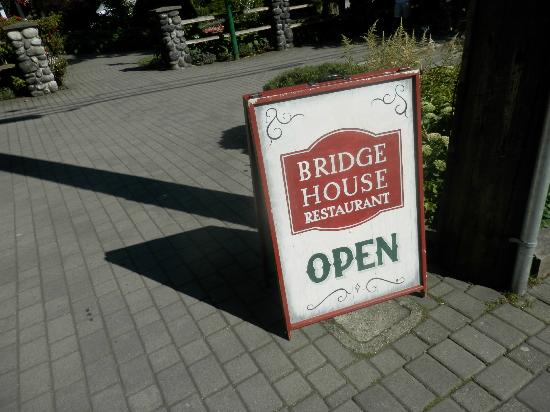 Bridge House Cafe: Welcome sign out front