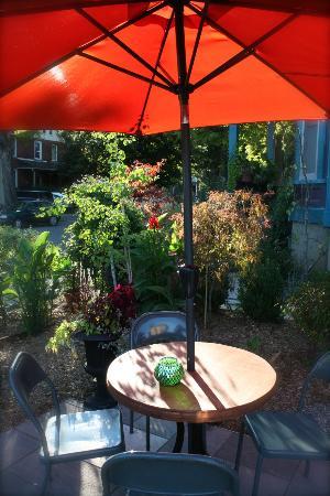 The Purple House Cafe : garden patio