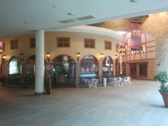 Sonesta Hotel Osorno: Centro comercial pegado al hotel