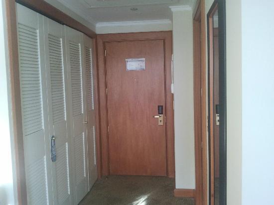 Sonesta Hotel Osorno: Closet y puerta de acceso