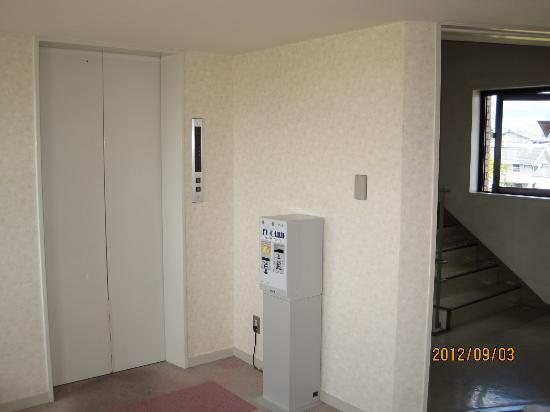 Hotaka Town Hotel: Hotel elevator and stairway