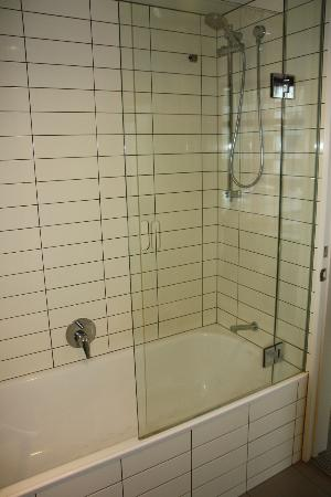 Rydges Wellington: Shower/bathtub