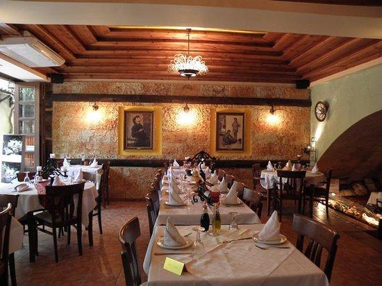 Romios Restaurant: Interior space