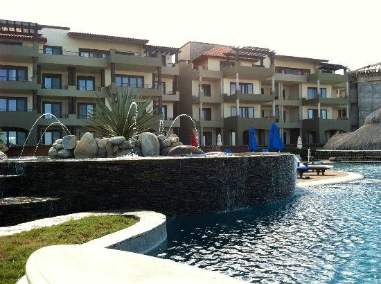Sol Pacifico Cerritos: Pool and fountains