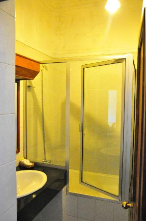 Queens Hotel Kandy: Room Toilet