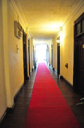 Queen's Hotel: Hotel Corridor