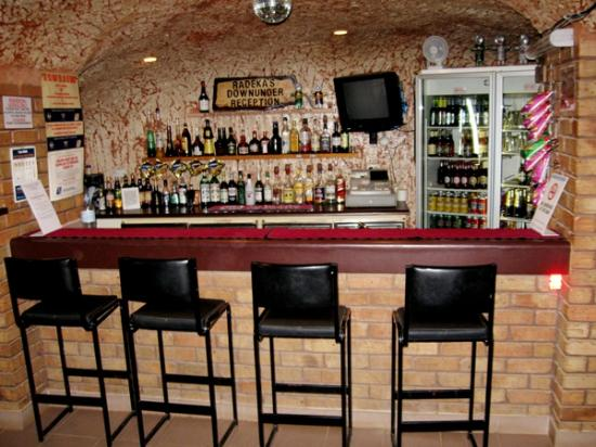 Radeka Downunder Underground Motel & Backpacker Inn: Fully Licensed Bar 3.5m Underground